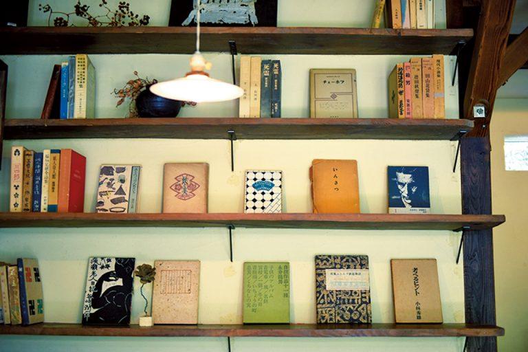 店奥の書棚に並ぶ川端さんの蔵書。装丁の素晴らしさに息を飲む。