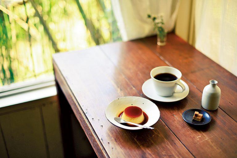 自家製プリン450円、ネルドリップコーヒー600円。このほか韓国茶650円やナポリタン1,000円もある(各税込)