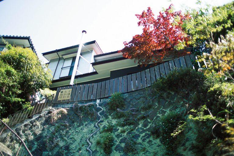 明月院の奥の谷戸の一軒家。店まで続く急な階段が目印。