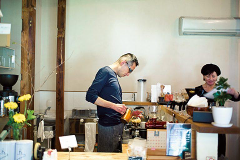 コーヒーの馥郁たる香りが漂う店内。不定期で珈琲教室も開催されている。