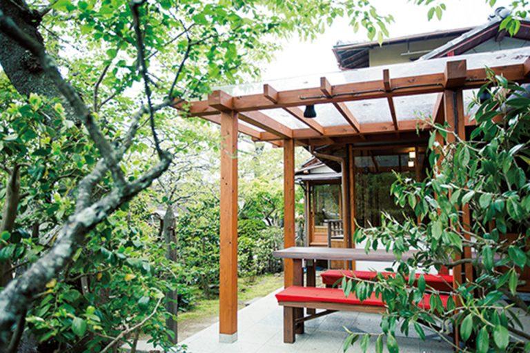 緋毛氈が敷かれた庭席。春は桜、初夏はアジサイ、秋は紅葉と四季の楽しみが味わえる。