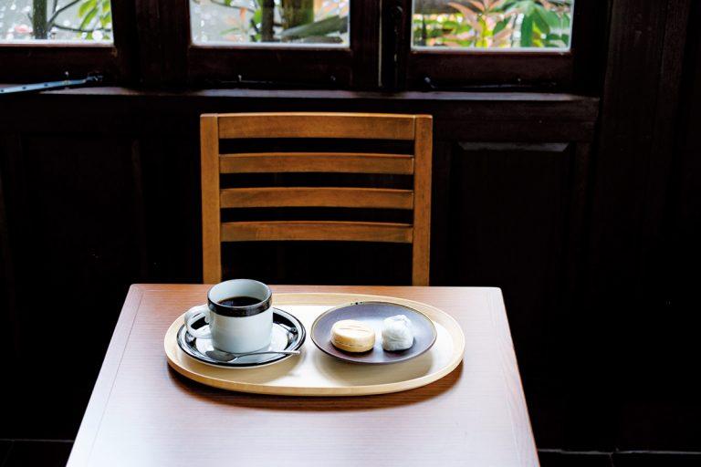コーヒーと和菓子セット750円(税込)~。甘さ控えめの餡をくるんだうすかわ饅頭と北条もなか。