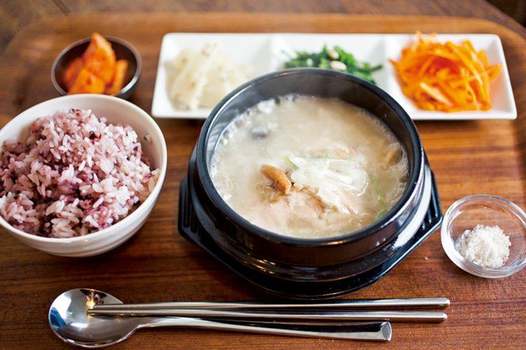 参鶏湯ランチセット。麹ナムル、キムチが付いて1,200円