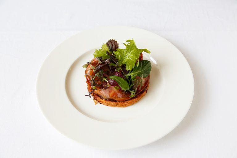 「国産黒毛和牛ロース肉を使用したローストビーフタルティーヌ仕立て」2,400円