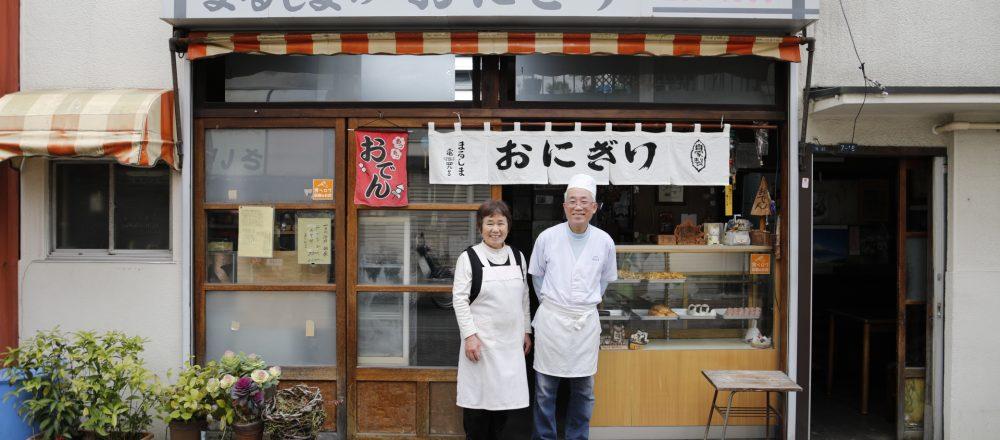 無口な政夫さんと朗らかなつた江さん夫妻の息の合った仕事ぶりが見事。