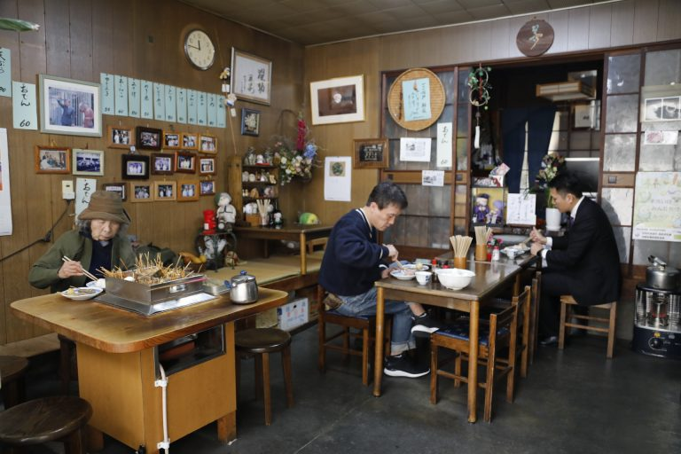 ピークを過ぎた10時頃ならゆったり座れる店内。つた江さん担当というインテリアは懐かしくて居心地がいい。