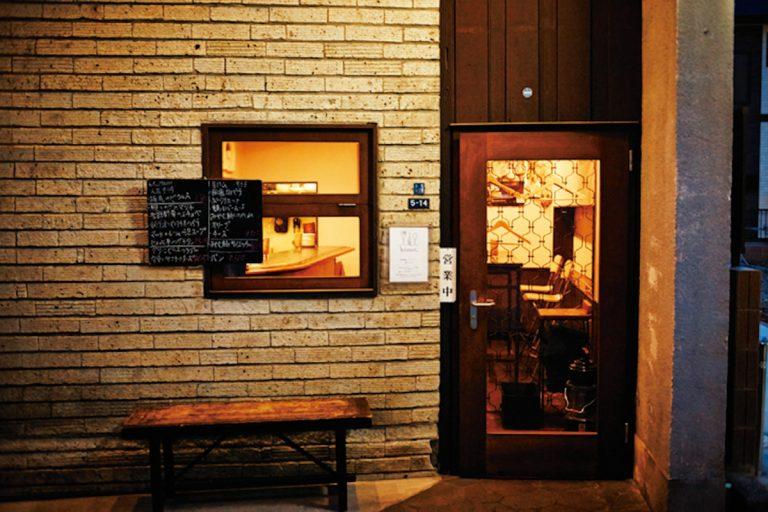 かつて文士の通うバーだった建物が昭和の面影を伝える。