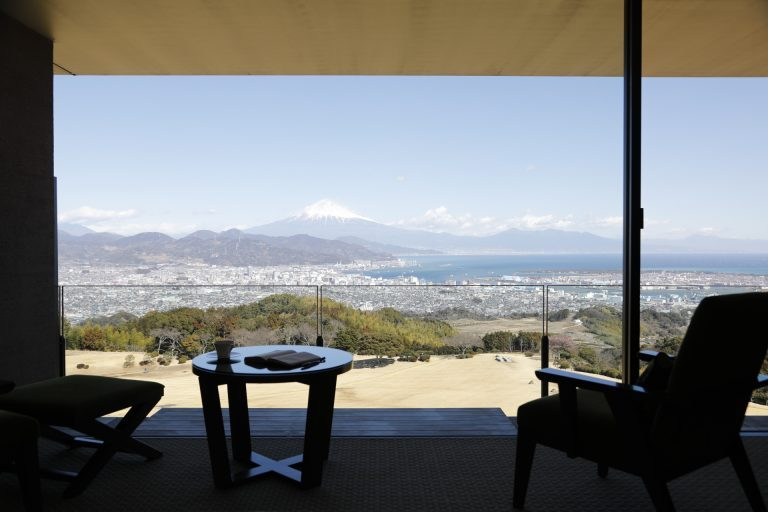 〈日本平ツイン〉の客室の窓辺。バルコニーを一段下げて設計したのは、駿河湾と富士山を臨む客室からの眺望をできる限り遮らず、大きくとるため。