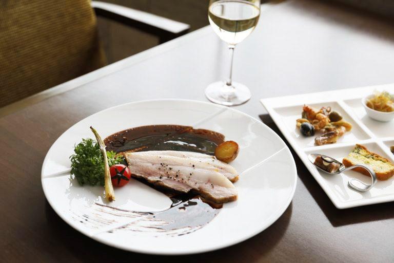 ビュッフェランチ3,600円(税込)の肉料理、豚のロース肉のロースト。