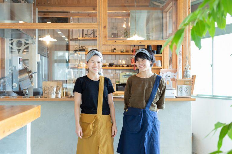 スタッフの横山ミサさんと新垣リノさん。