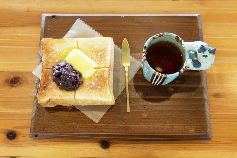 朝にぴったりの餡バタートースト380円と温かい焙煎ほうじ茶430円。しみじみする。