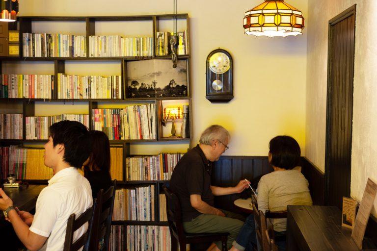 ダイニングチェアは〈永田良介商店〉のラダー型で座り心地も良し。
