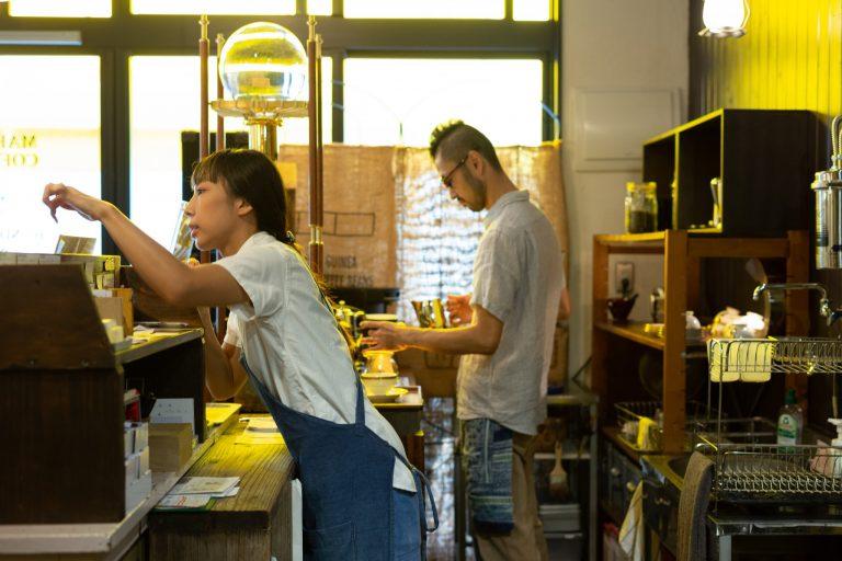 抽出中の店主、山嵜さん。