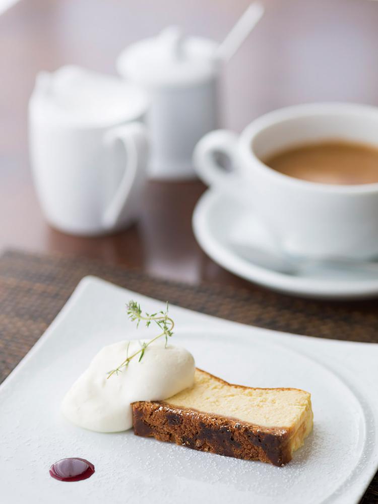 5品目「リコッタチーズとクリームチーズのケーキ」とカフェ。