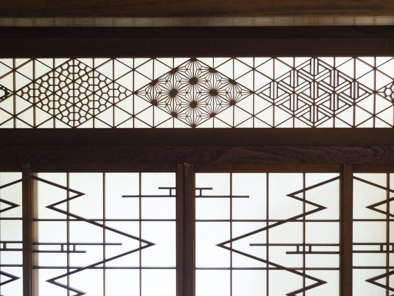 木片で和の幾何学模様を作る組子細工。