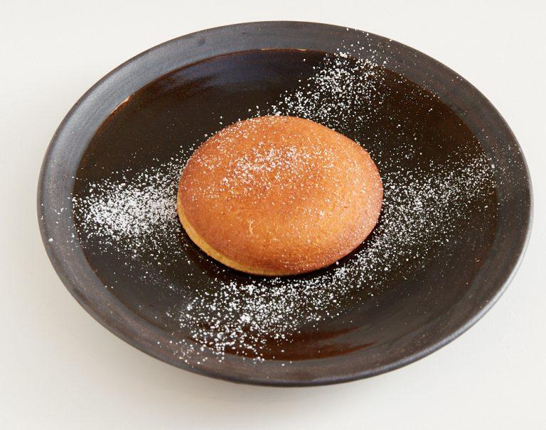 「うさどらフレンチ焼き」870円。発酵バターで焼きあげた、フレンチトースト風のどらやき。