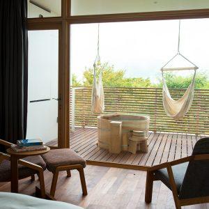 24時間適温の露天風呂も全客室のテラスに。