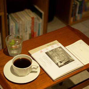 吹き抜け2階ラウンジのフリードリンクとともにソファで読書。「あの人の本箱」の選者による本のコメント冊子も館内に。