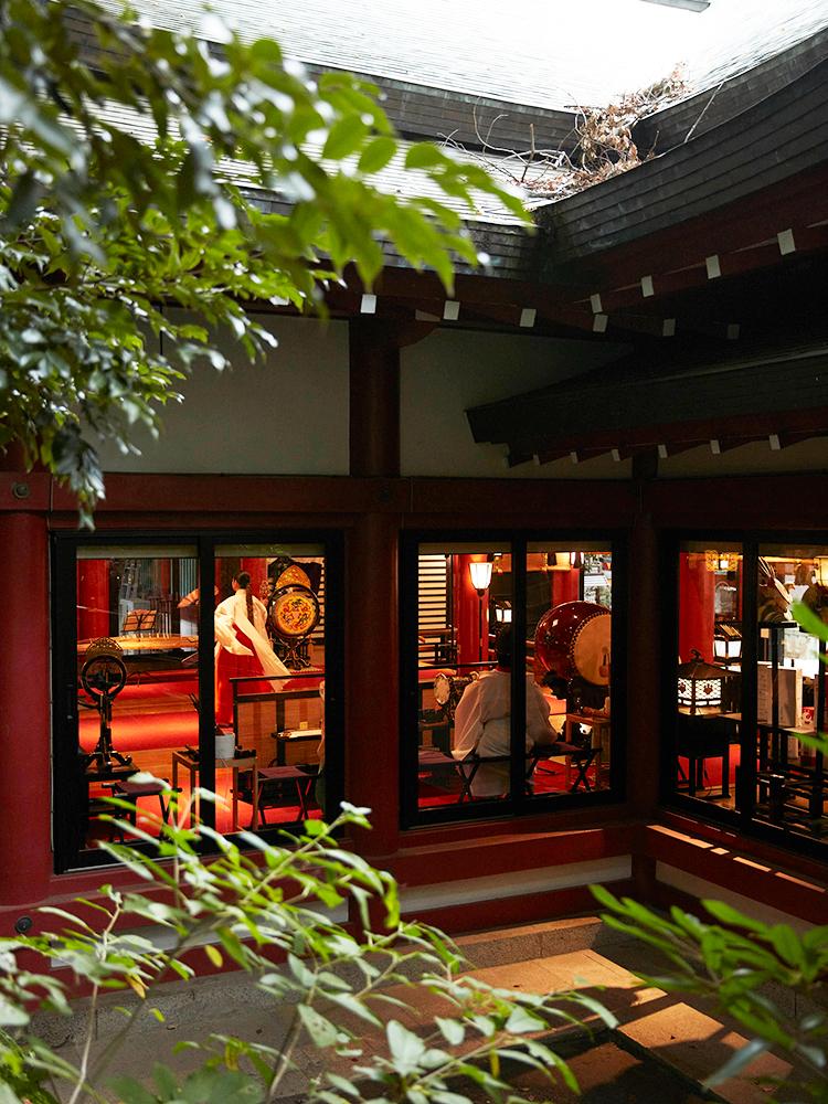 本殿は「ご神体の部屋」。全面ガラス戸にすることで神様を近くに感じられる。夜は窓からもれる灯りで幻想的に。