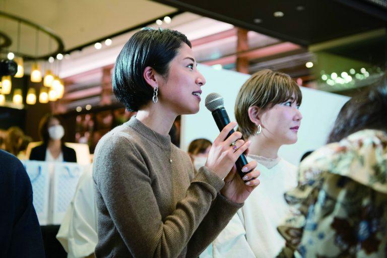 モデルさんに施すメイクだけでなく、小田切さん自身のメイクアップにも興味津々の福本さん。
