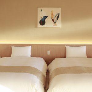 客室ごとに異なる、アーティストが手がけた作品が飾られている。