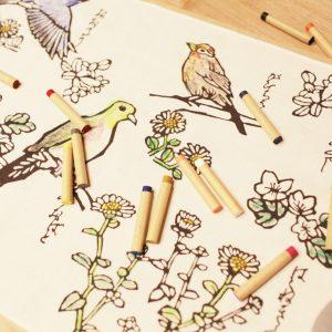 アトリエライブラリーで行われる手ぬぐいの絵付け。型染作家の小倉充子さ んによるオリジナル手ぬぐいは箱根の動植物を描いたものも。
