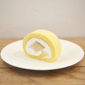 「プリンロール」固めのプリンをまるごと巻いたロール ケーキ。1,500円、1/4カット370円。
