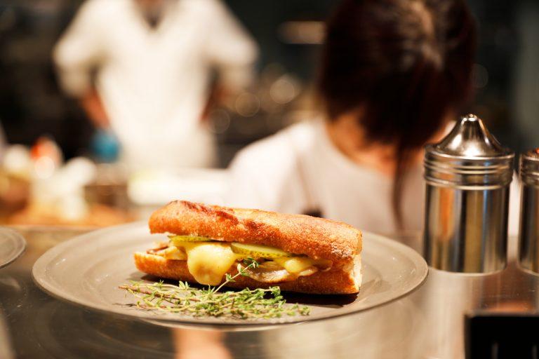 〈MORETHAN BAKERY〉はサンドイッチが人気。オーダーが入ってから作る日替わりも。