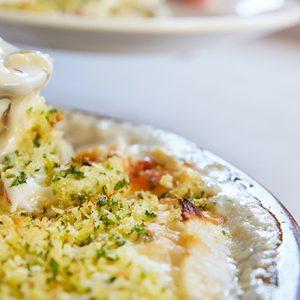 人気料理家が教えてくれた!「焼き白菜のグラタン」「人参とピーカンナッツのラペ」の料理レシピとは?