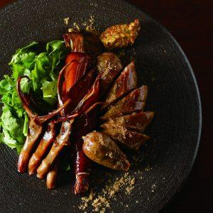 オリジナルのウイグルソーセージを筆頭に、鴨舌のスモーク、大腸葱パリパリ揚げが並ぶ珍味盛り。