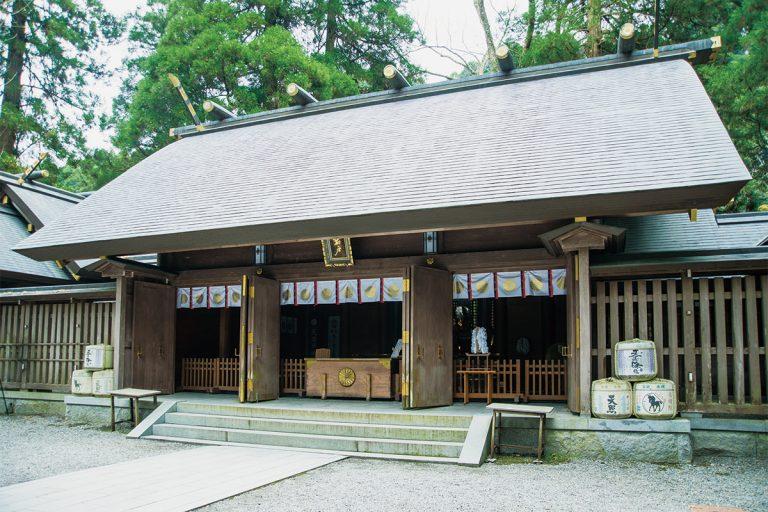 拝殿の奥に御神体・天岩戸の遥拝所があり、神職による案内でのみ向かうことができる。