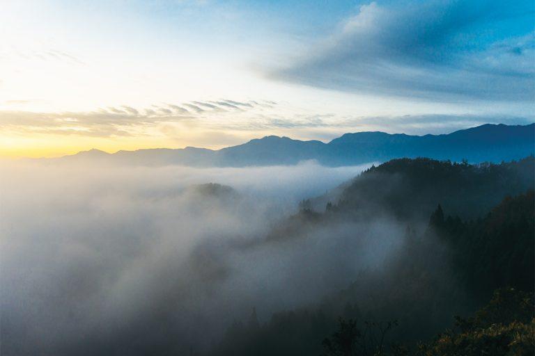 高千穂盆地は雲海の下に広がっている。刻々と変化する早朝の景色は、早起きした甲斐があったと思わせるもの。