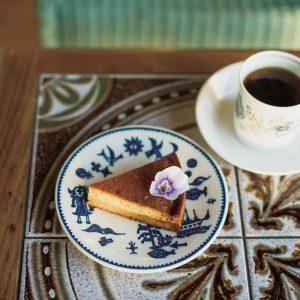 プリンケーキ400円などケーキはその時々で2種類ほどが登場。コーヒー480円(各税込)は店主の池田さんがかつて暮らした福岡・糸島の〈ウニドスコーヒー〉の豆を使用。セットで100円引きに。