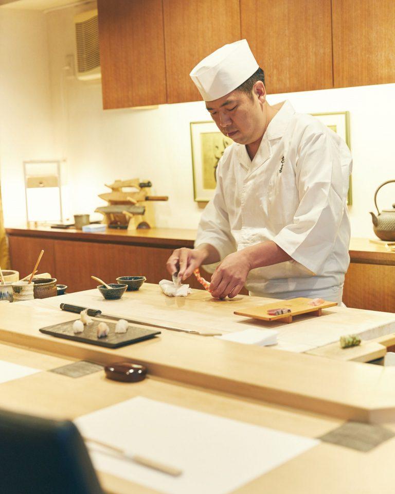 吉村匡史さん。ネタによってシャリの白酢と赤酢を使い分ける。