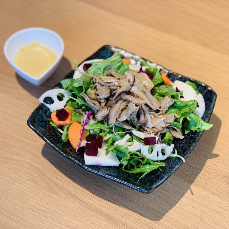 「食感が楽しめるキノコと根菜のさっぱりサラダ」730円