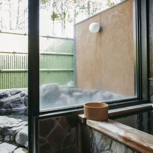 湯布院町ではここにしかない弱アルカリ性の炭酸水素塩泉は美肌の湯の代表格。源泉かけ流しの温泉が24時間堪能できる。