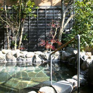 ゆったりと入れる大浴場の露天風呂もあり。