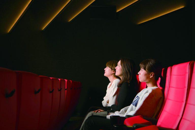 最大席数のスクリーン3「レッド」は、壁のライトがクール!