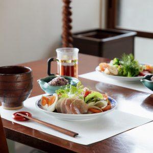 新鮮な野菜・果物・玄米を中心に、訪れる人に合わせた朝食を用意してくれる。