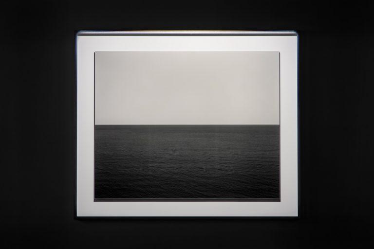 水盤を隔てて反対側にあるGALLERYIIには、杉本博司の「海景」シリーズ。