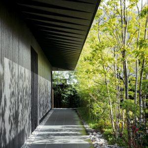 焼杉を使った黒い外壁は、由布院の四季折々の景色を際立たせてくれる。