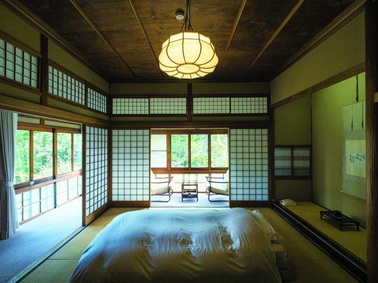 L字の縁側付きお一人用客室は、和室にベッドで快適。