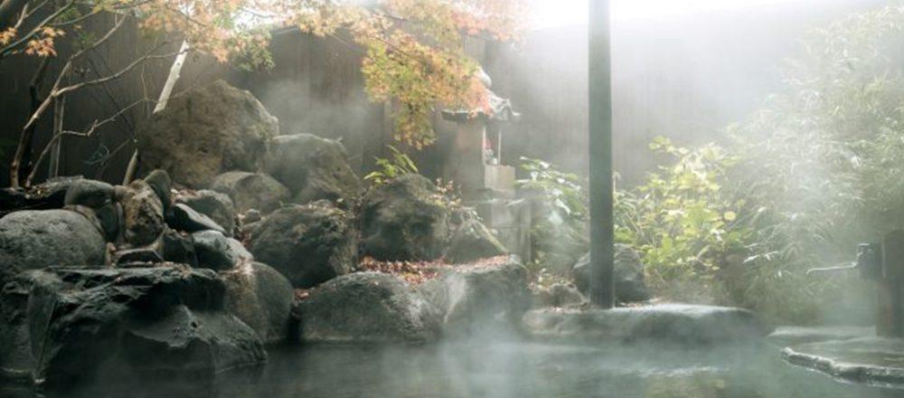 自慢の天然温泉を貸切で満喫!大分・湯布院旅行なら、老舗旅館〈いよとみ〉がおすすめ。