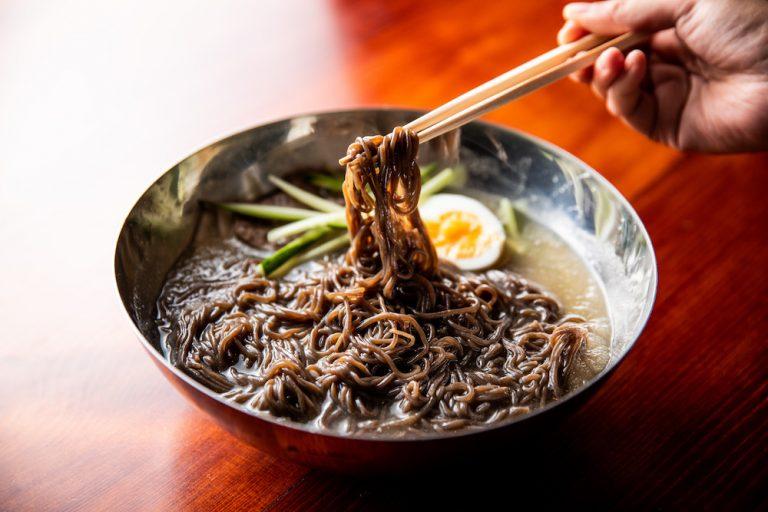 """〈焼肉 冷麺 ユッチャン。〉のハワイ人気No.1グルメ""""黒冷麺""""が待望の日本初上陸!"""