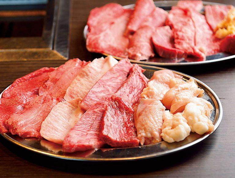 ナムル、キムチ、野菜やご飯、スープ がセットに。追加の肉メニューも用意。