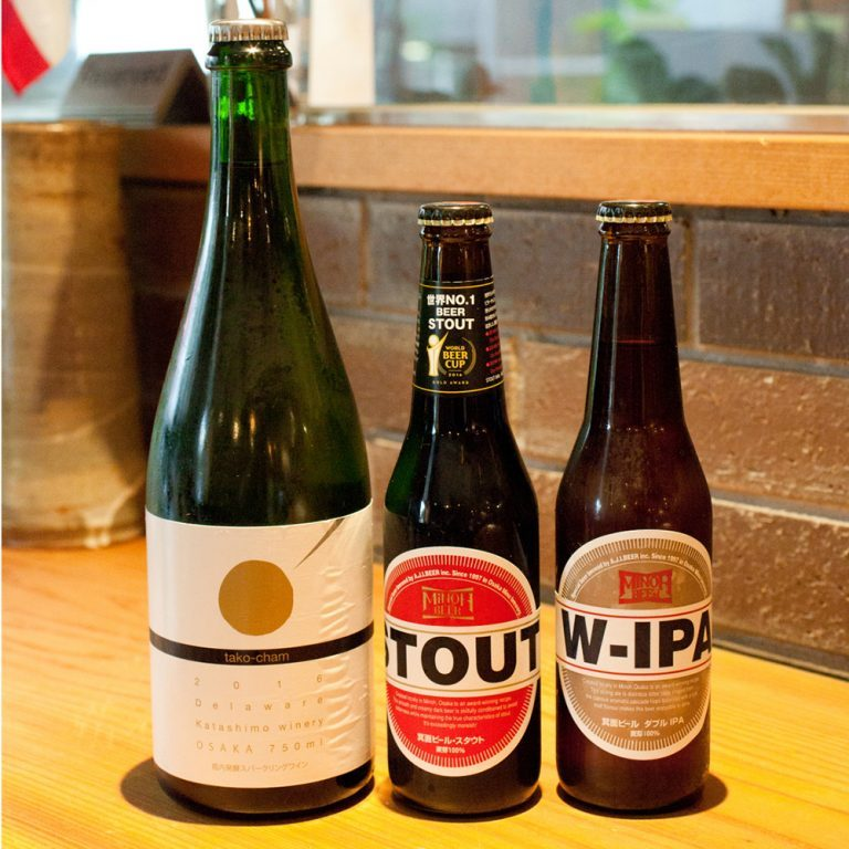 大阪の地酒も各種あり。「箕面ビール」750円〜、たこ焼きに合わせたスパークリング「たこシャン」ボトル5,500円