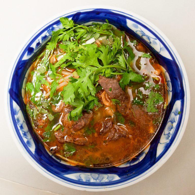 「ブンボーフエ」800円(平日ランチ価格)。スープは化学調味料無添加で、利尻昆布と羅臼昆布で旨味を補う。野菜も国産のみを使用と、素材にこだわりが。