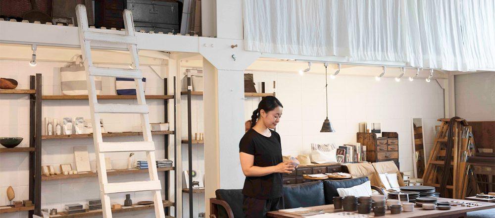 天井が高く、日の光がよく入る店内では店長の石洞久美子さんが接客してくれる。