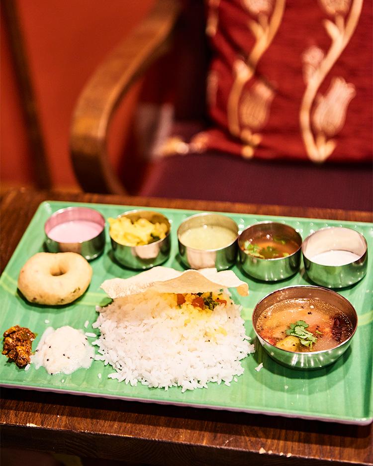 スリランカカレーの〈とびうおkitchen〉でランチタイムを中心に間借り営業。ベジミールスは揚げドーナツ以外はおかわり自由!