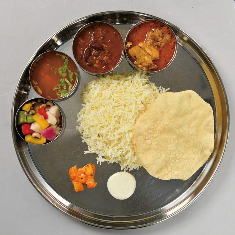 「ダバランチ」南インド定食。本日のカレー2種、ラッサムスープ、インドの副菜、ピクルス、チャトニ、パパド、日本米で1,200円。インド米は+100円